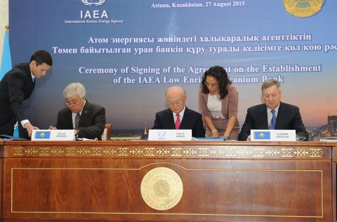 Foreign Minister of Kazakhstan Erlan Idrissov (L), International Atomic Energy Agency Director General Yukiyo Amano (C) and Energy Minister of Kazakhstan Vladimir Shkolnik sign agreements on hosting the IAEA low-enriched uranium bank in Kazakhstan on Aug. 27.