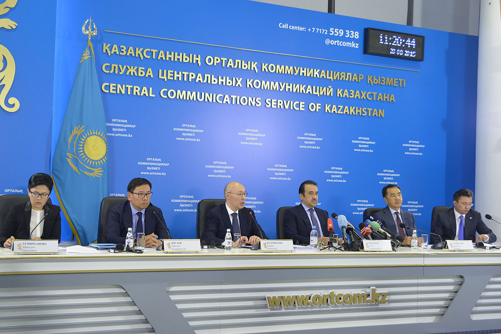 The prime minister and banking and finance officials address the media on Aug. 20.