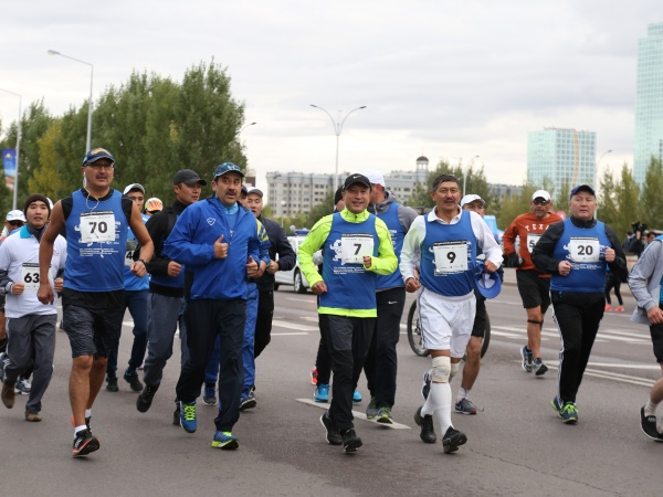 Karim Massimov and Adilbek Dzhaksybekov during marathon