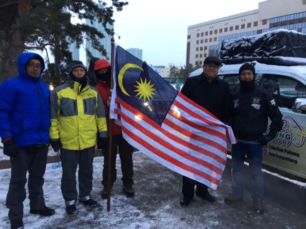 Malaysian-ambassador-to-kazakhstan-dato-hidayat-abdul-with-expedition-members. Photo-credit: Embassy of Malaysia in Astana