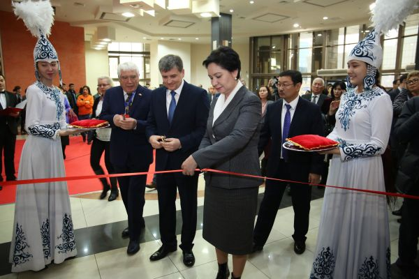 Kazakh Secretary of State Abdykalykova cuts the ribbon at the opening of 2016 Eurasian Book Fair
