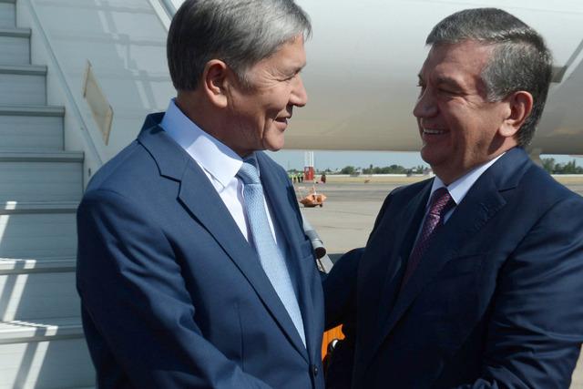 Almazbek Atambayev (L) and Shavkat Mirziyoyev