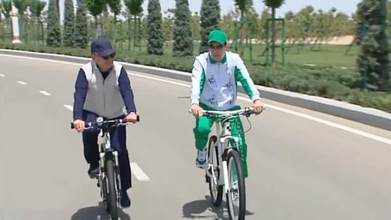Shavkat Mirziyoyev (L) and Gurbanguly Berdimuhamedov
