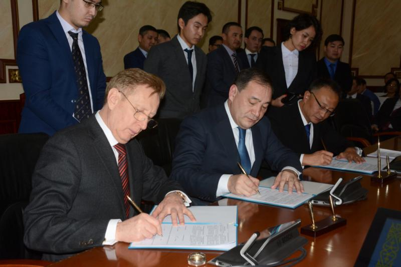 Mangistau region governor Eraly Tugzhanov (C) during the agreement signing ceremony.