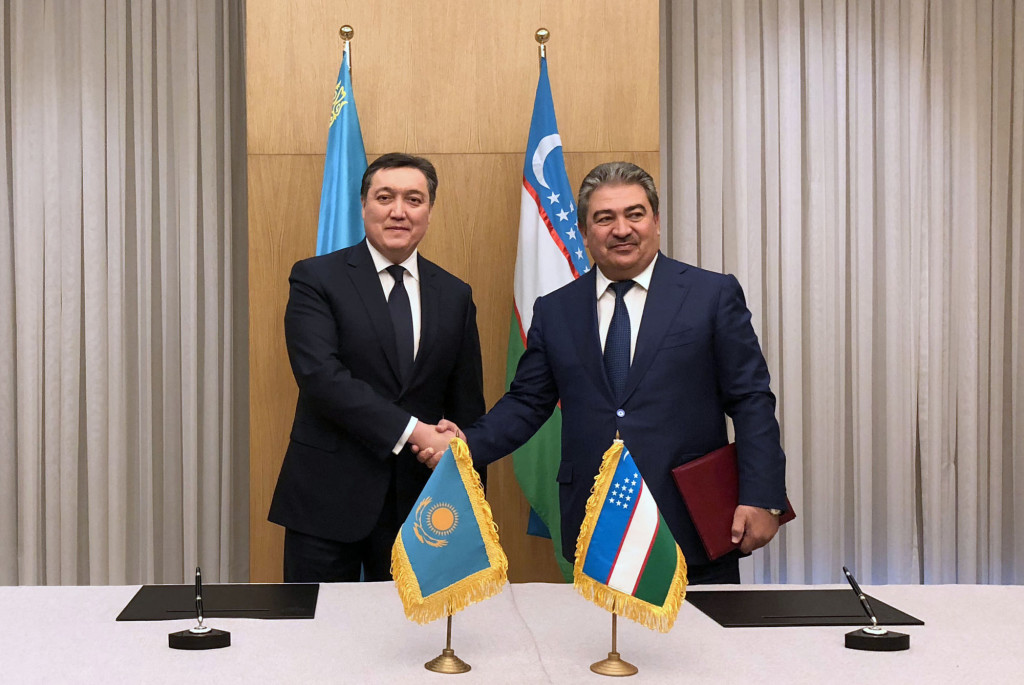 Askar Mamin (L) and Uzbekistan's First Deputy Prime Minister Achilbay Ramatov (R).