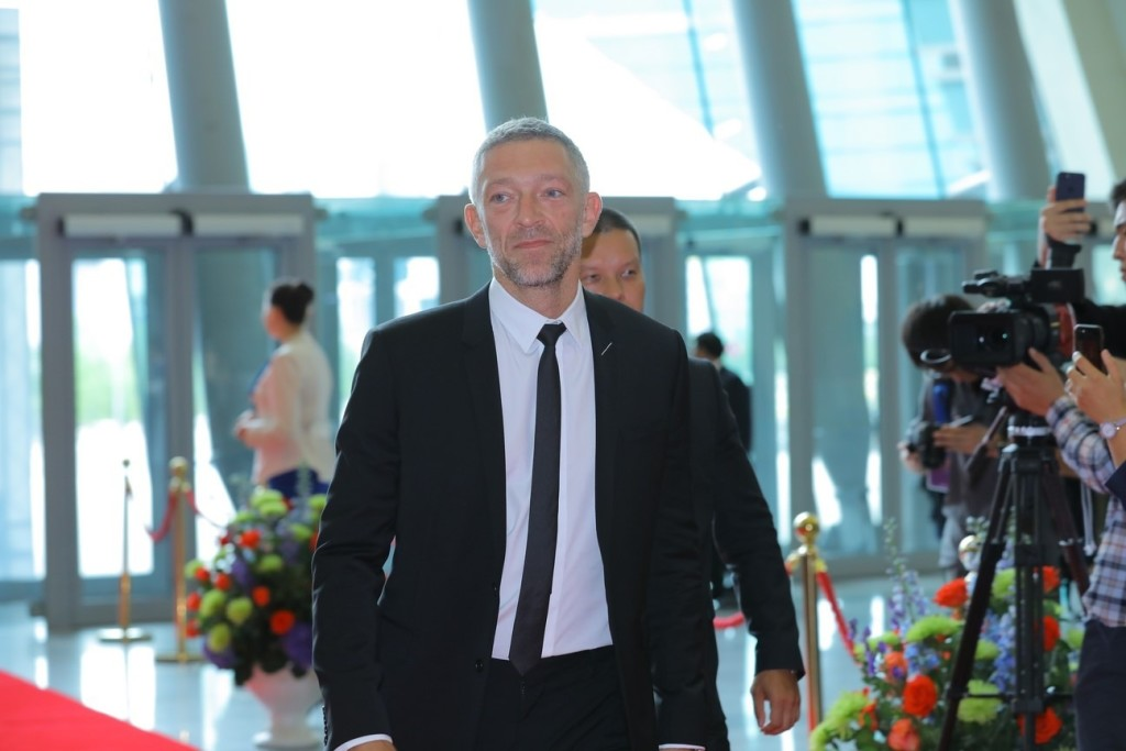 Vincent Cassel walking the red carpet.
