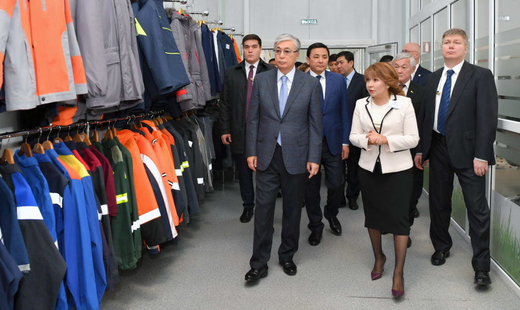 %D1%8E%D1%82%D0%B0%D1%80%D0%B8%D1%8F inform.kz 2 1024x611 - Президент РК посетил текстильной, швейной фабрики оборудованием, которое использует социально незащищенных