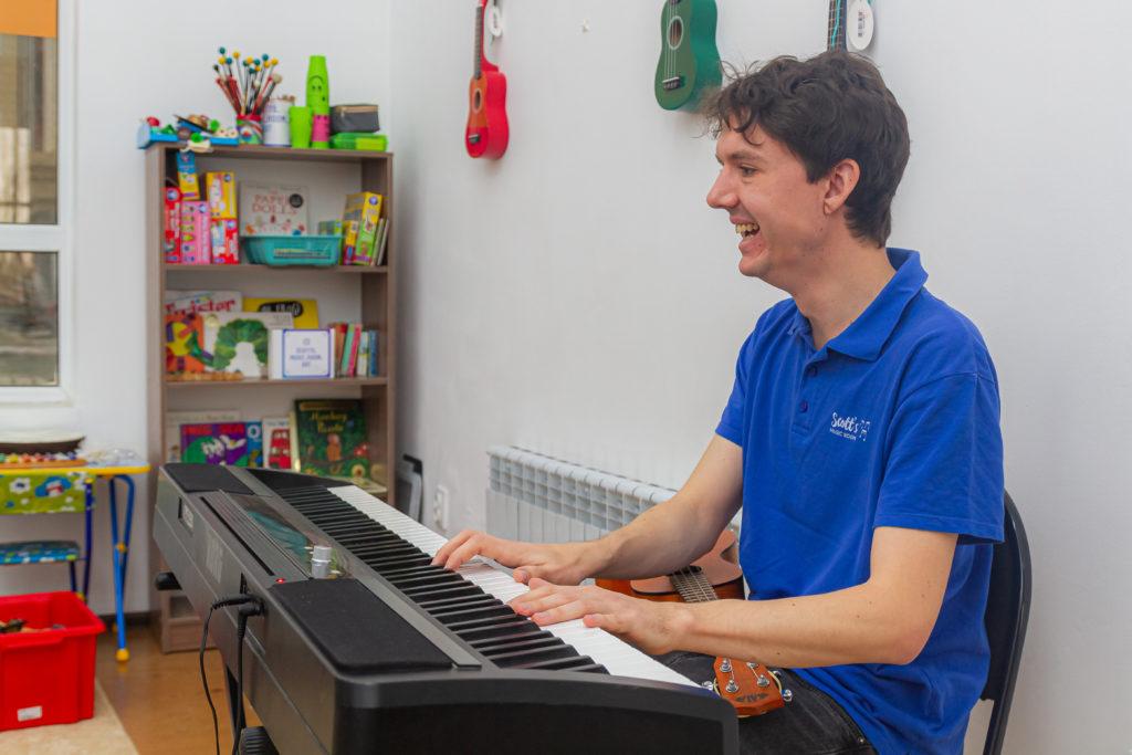 Joe Scott 1024x683 - Уникальная школа английского языка в Астане преподает английский язык через музыку