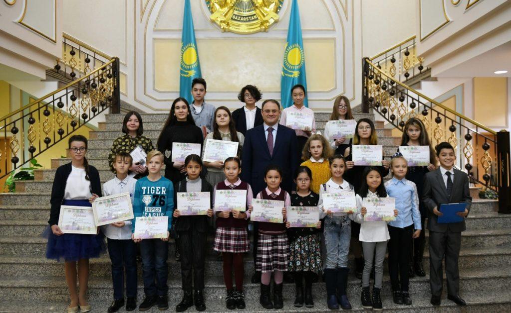 Kazakh Deputy Foreign Minister Roman Vassilenko and competition winners 1024x629 - Конкурс изобразительного искусства представлена восприятие Казахстан через рисунки детей