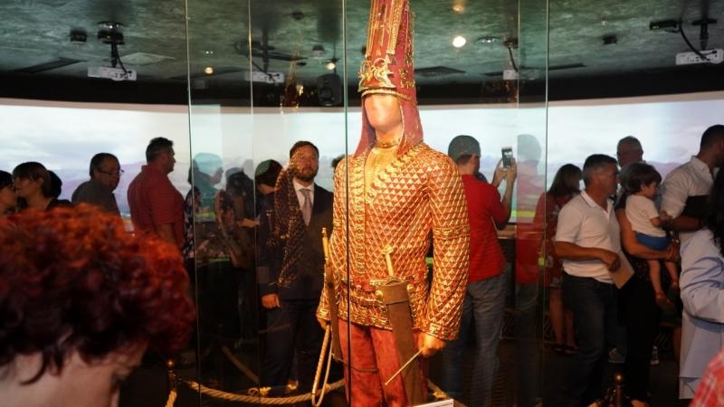 altynadamworld.com1  - Золотой Казахстанская человек светит в Афинах