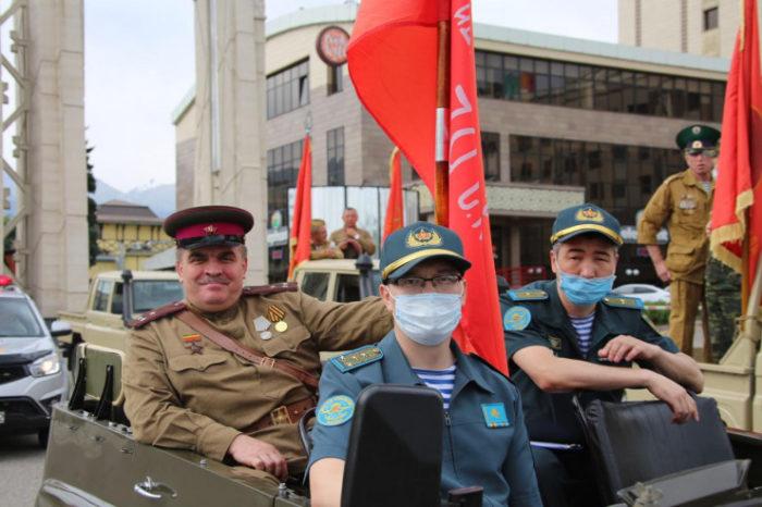 78c61eca3000accd61f767562f8e448c 700x466 - Военный парад знаменует флагом 75-летия Победы в Великой Отечественной войне в Алматы