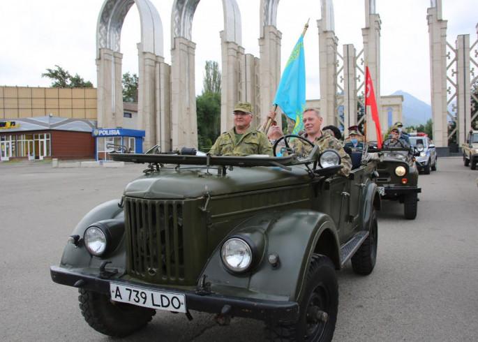 8427d643f472b2d0358fdfac7438f783 1 - Военный парад знаменует флагом 75-летия Победы в Великой Отечественной войне в Алматы