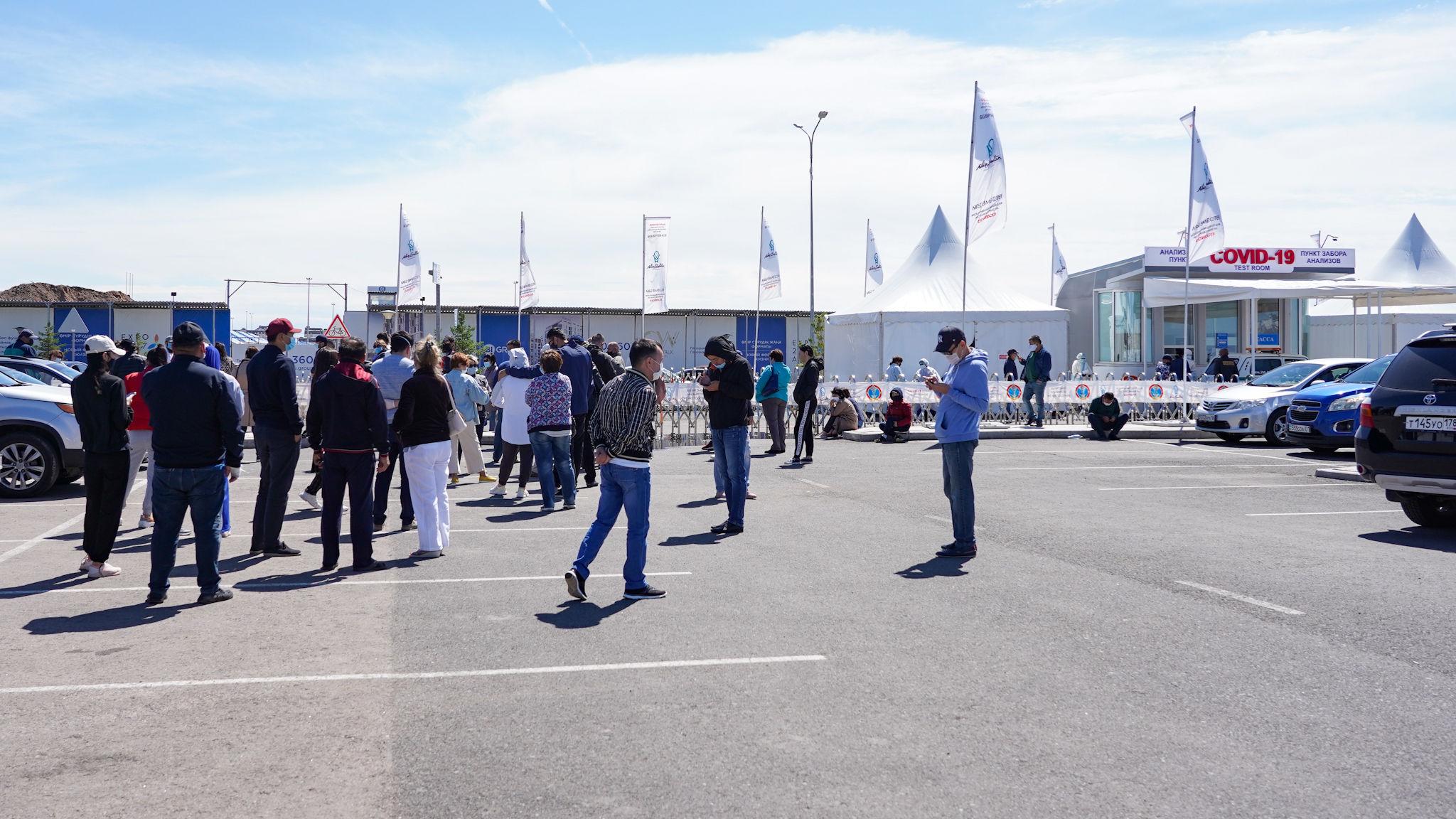 People waiting in line to pass COVID 19 test in mobile laboratory in Nur Sultan. Photo credit SputnikAbzal Kaliyev - Казахстан ужесточает ограничения взаперти за выходные по борьбе с возрождающейся коронавирус волны