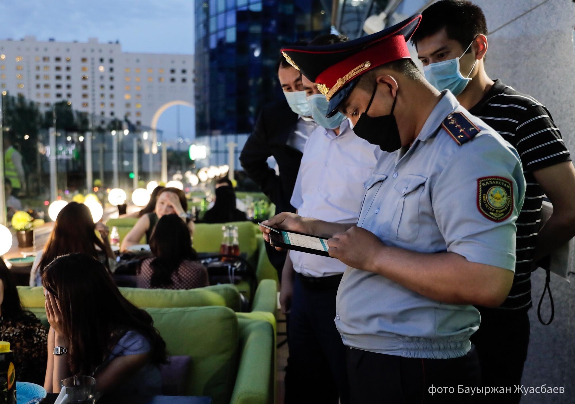 Police officers continue monitoring the compliance to the rules. Photo credit Baurzhan Zhuasbayevastana.gov .kz  - Казахстан ужесточает ограничения взаперти за выходные по борьбе с возрождающейся коронавирус волны