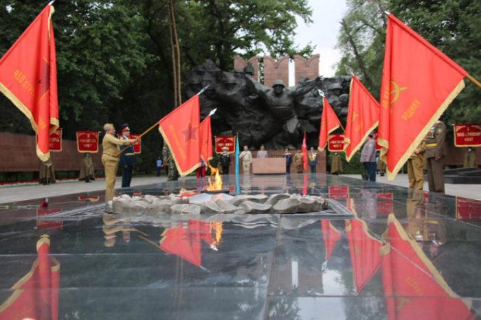 a80dde4e8b6b49e27a6d58f41367581d 700x466 - Военный парад знаменует флагом 75-летия Победы в Великой Отечественной войне в Алматы